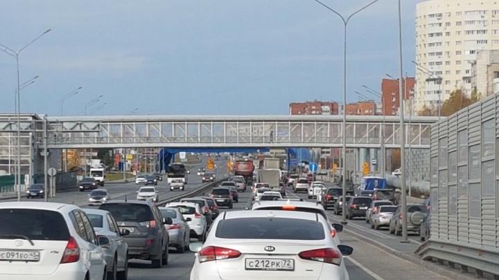 Объездная стоит: тюменские автомобилисты жалуются на пробки из-за строительства надземника