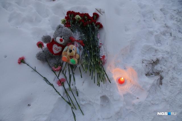 Свечи, цветы и игрушки магнитогорцы начали приносить к месту трагедии ещё днём