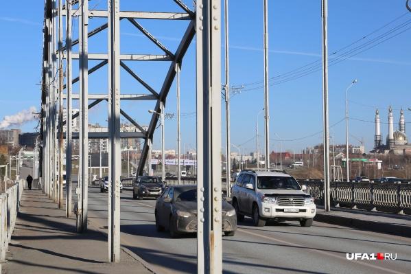 Через несколько лет автомобилисты будут колесить уже по новому мосту