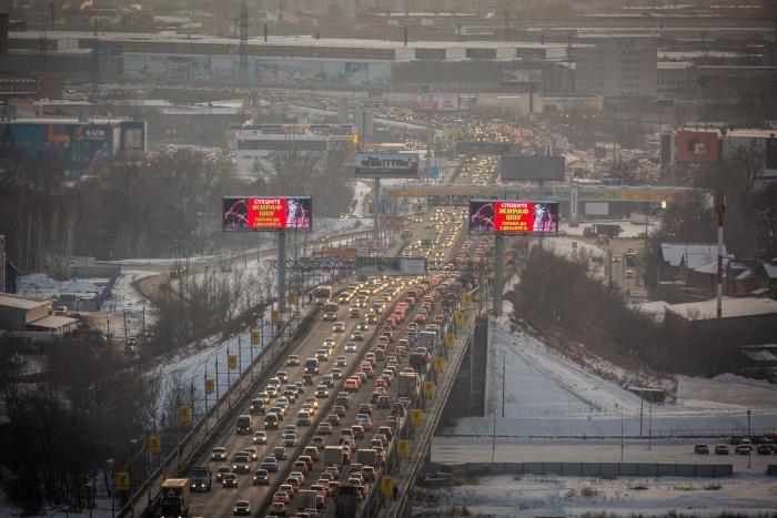 Серьёзные заторы возникли навъездах на мосты и Большевистской