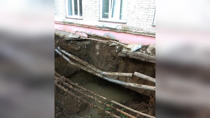 Пропасть под окнами: рядом с жилым домом появилась пятиметровая яма