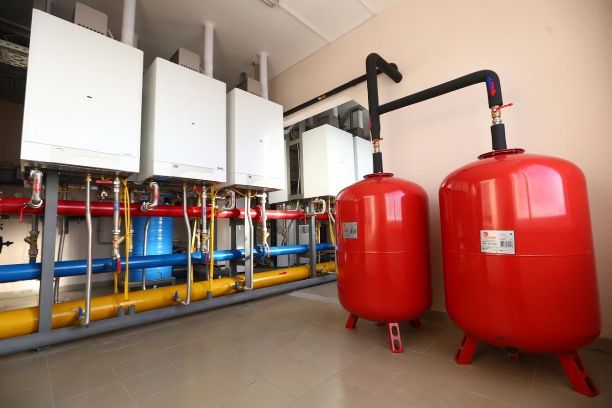 На крышах домов «Хрустальных ключей» установлена каскадная газовая котельная, поэтому счета за отопление в комплексе одни из самых низких во всем Екатеринбурге