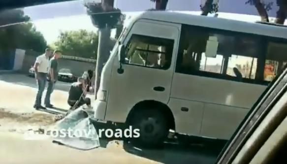 В Ростове маршрутка врезалась в столб: есть раненые