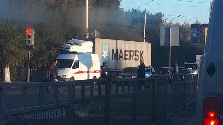 «Врезался на всей скорости»: на юге Волгограда фура выбросила на встречку грузовик