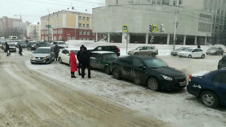 В центре Омска столкнулись пять автомобилей