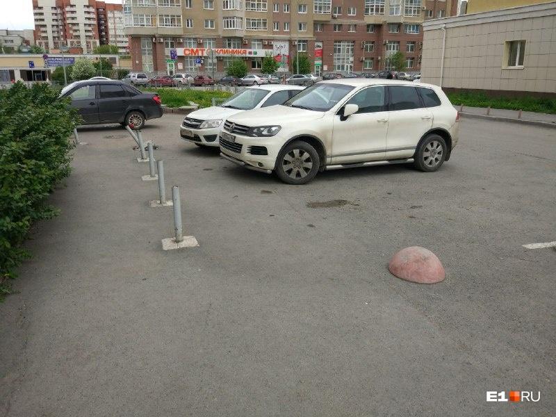 Наличие столбиков не превращает это место в парковку