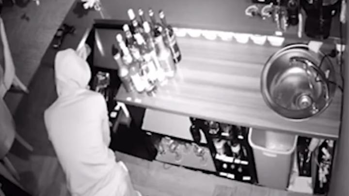 «Взял только мелкие деньги»: вор-неудачник, забравшийся в особняк на Хохрякова, попал на видео