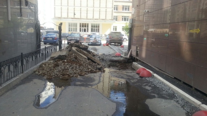 В центре Екатеринбурга коммунальщики перекрыли жильцам единственный выезд со двора