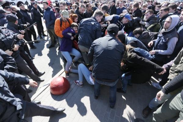 По неофициальным данным, с митинга в полицию были доставлены 164 человека