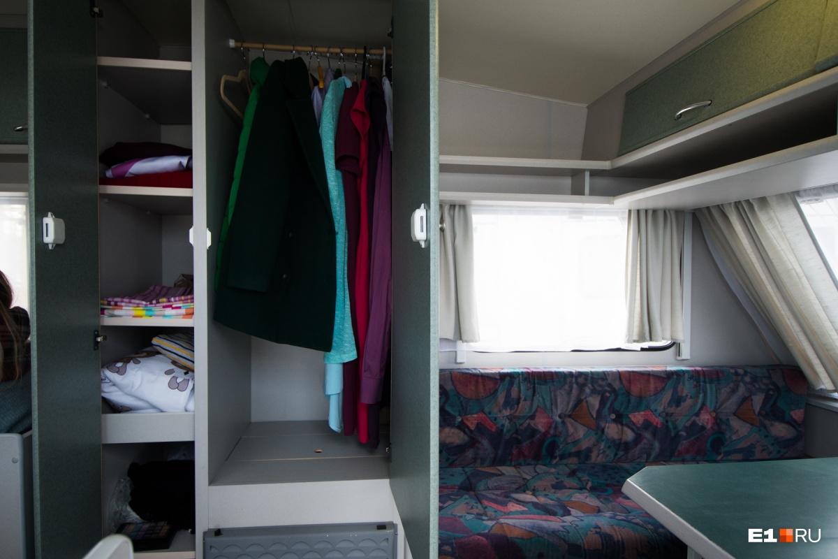 Под шкафом печка, в нём можно сушить одежду
