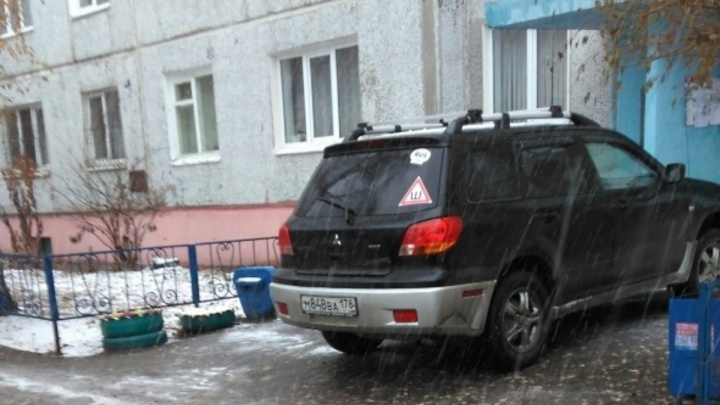 «Я паркуюсь как...»: парковка у подъезда и замок на колесе