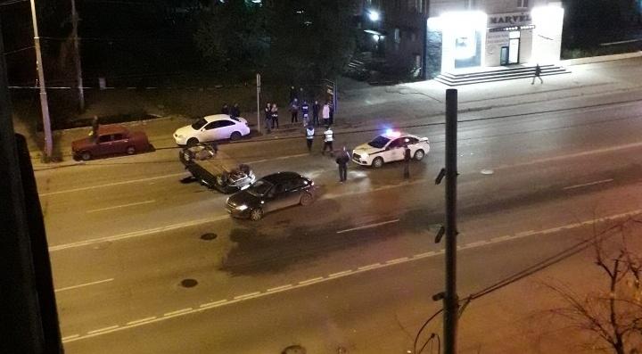 На улице Малышева Honda отлетела в сторону и перевернулась на крышу после столкновения с Chevrolet