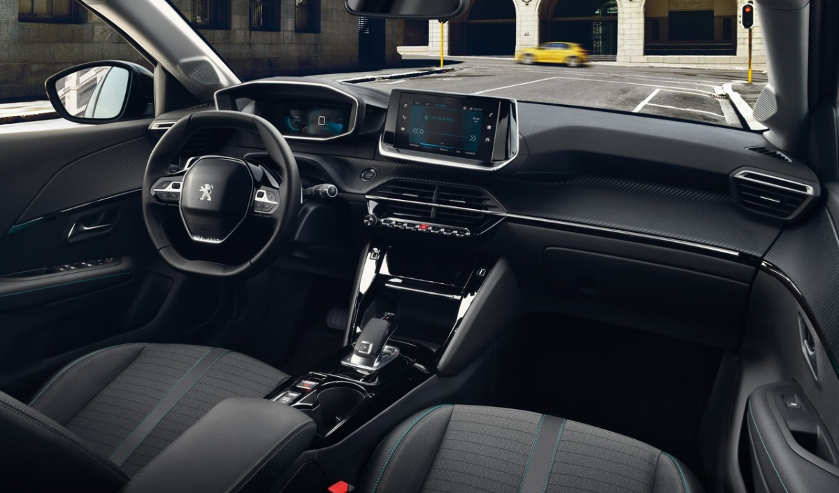 Интерьер Peugeot 208 выполнен в смелом ключе, который уже примерили старшие модели компании: маленький руль, необычный селектор автомата, чёткое зонирование консоли