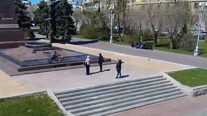 Появилось видео, как турист греет воду на Вечном огне в Волгограде