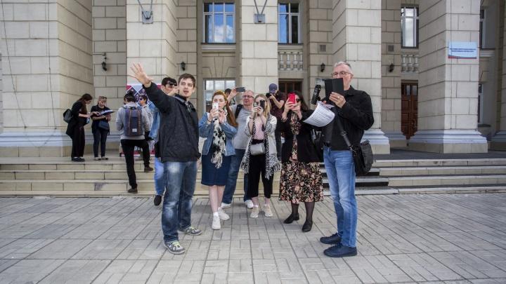 Шестьдесят новосибирцев собрались на Расточке и отправились гулять по левому берегу с театралами