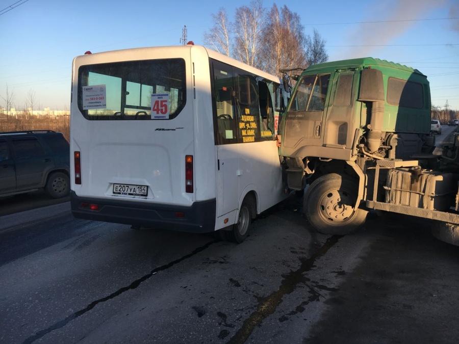 ВНовосибирске вДТП специальной техники иГазели чуть нетравмировались пассажиры