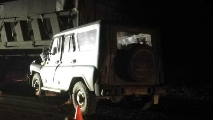 УАЗ сбил на трассе водителя, который вышел починить колесо