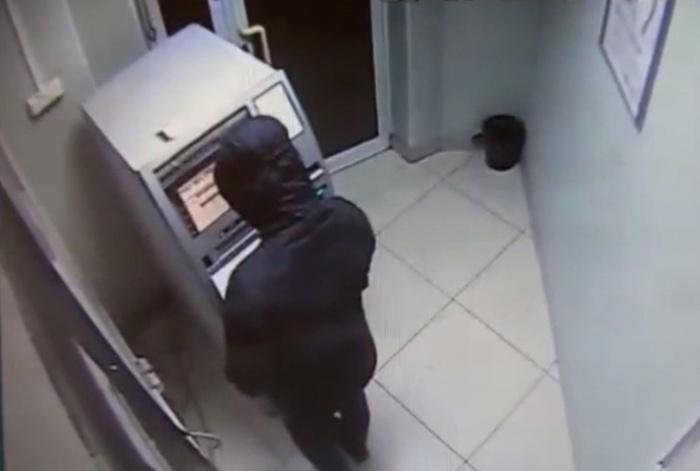 Для взлома банкомата мужчина воспользовался флешкой с вирусом и клавиатурой