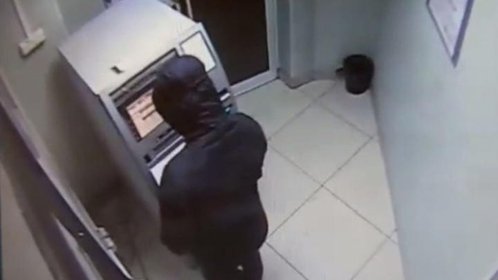 Новосибирец в маске заразил банкомат вирусом и украл из него 360 тысяч