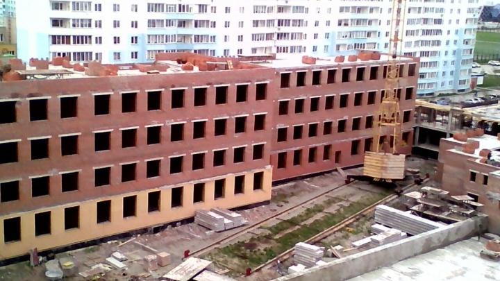 Рабочий погиб на стройке школы в Ленинском районе