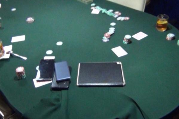 Полицейские нагрянули в казино во время игры в покер