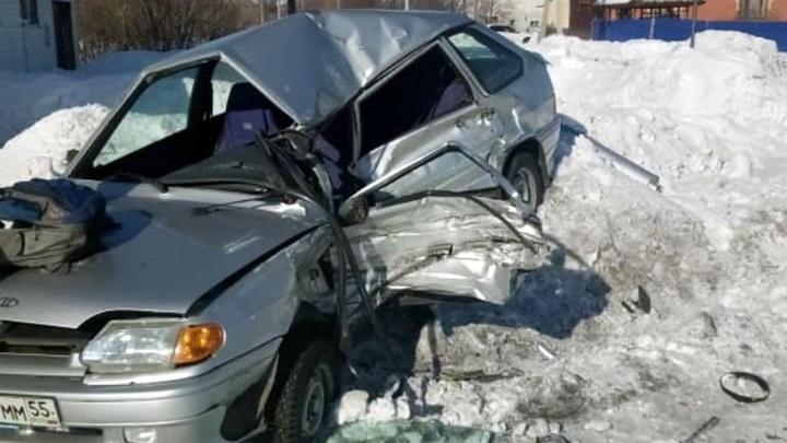 Водитель ВАЗа врезался в грузовик и погиб