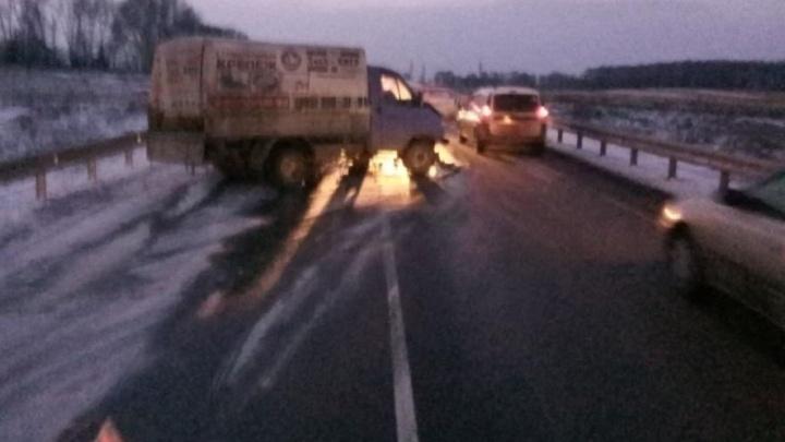 Выехавший на встречку грузовик устроил аварию на трассе: три человека в больнице