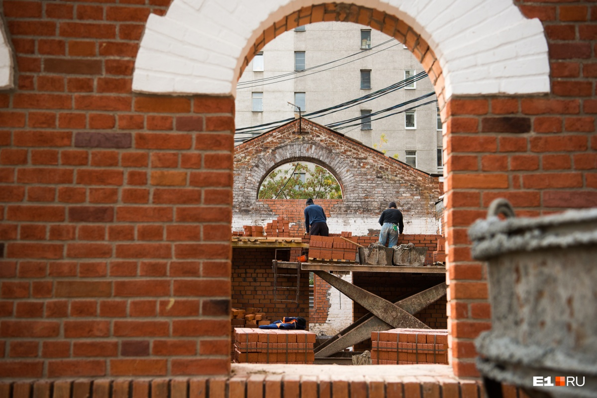 Из мельницы в элитный комплекс. Репортаж из памятника напротив вокзала, который переделывают в жилье