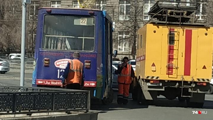 «Возможно, что-то произошло с путями»: трамваи на Теплотехе остановили из-за схода вагона