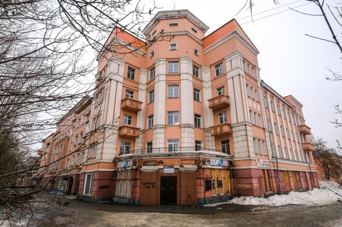 Сразу за горбатым мостом начинается вереница красивых зданий— о такой архитектуре современному Новосибирску только мечтать