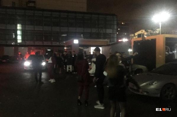 Люди высыпали из бара на свежий воздух