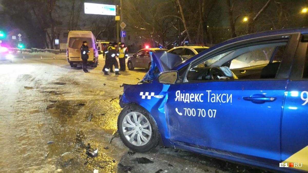 На Бебеля микроавтобус лоб в лоб столкнулся с машиной такси