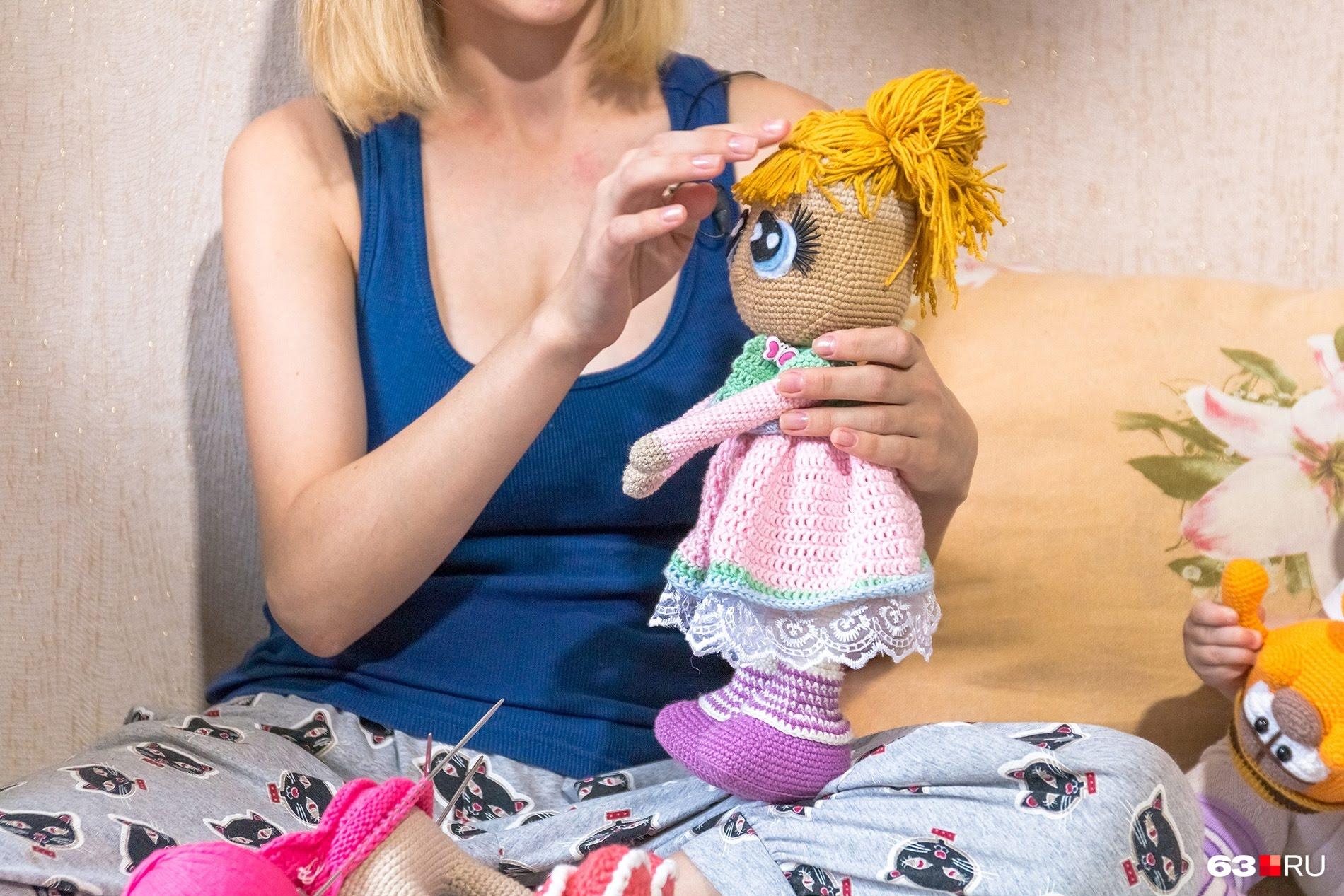 Такую куклу мастерица вязала несколько дней
