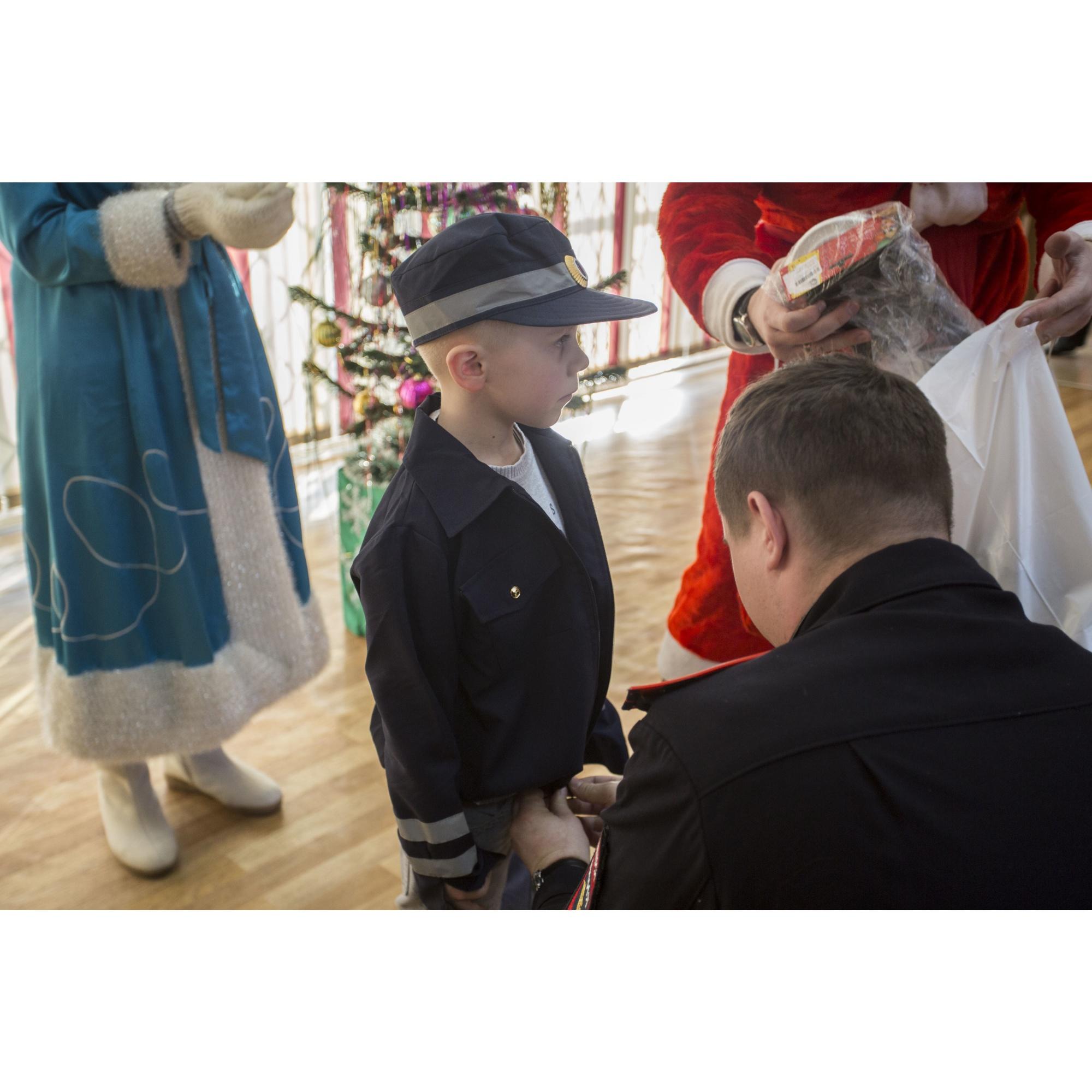 До этого у мальчика была форма полицейского, сшитая мамой
