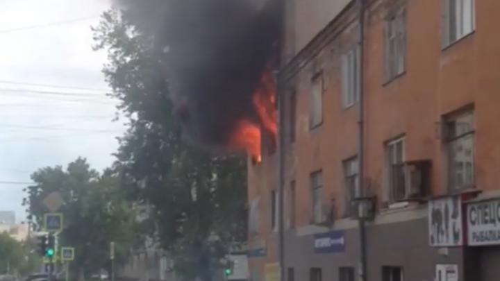 Из-за пожара в трёхэтажном доме на Мамина-Сибиряка эвакуировали людей