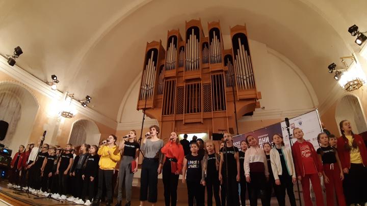 Детский хор спел Rammstein под орган в архангельской Кирхе: смотрим видео с репетиции