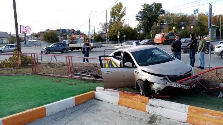 «Оседлала забор»: В Самаре на улице Авроры KIA протаранила ограждение