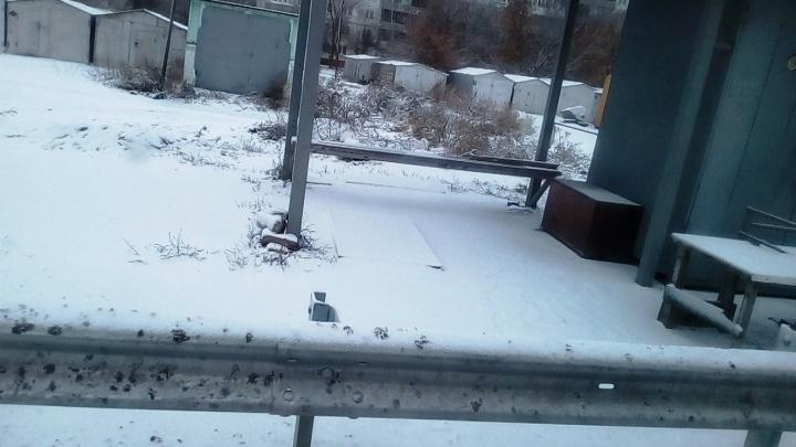 «Самая безопасная остановка»: павильон на Волгоградской отгородили от дороги барьером