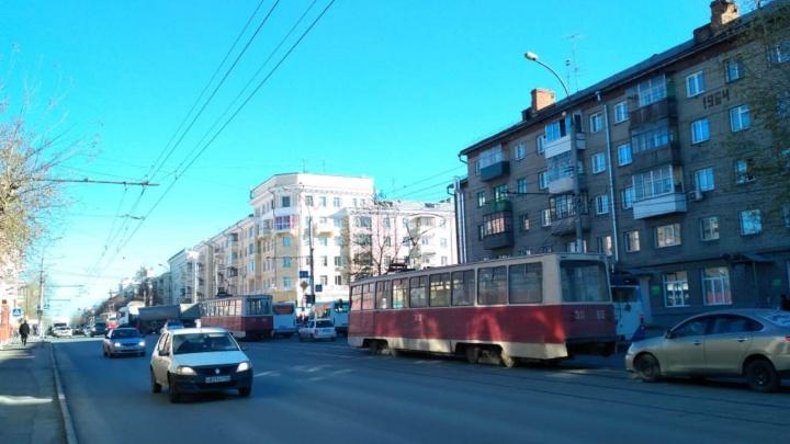 Трамваи встали: из-за ДТП в Дзержинском районе образовалась пробка