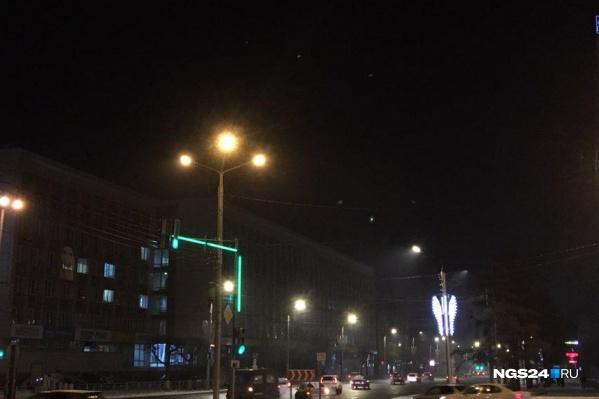 В свете фонарей видно, что воздух не прозрачен