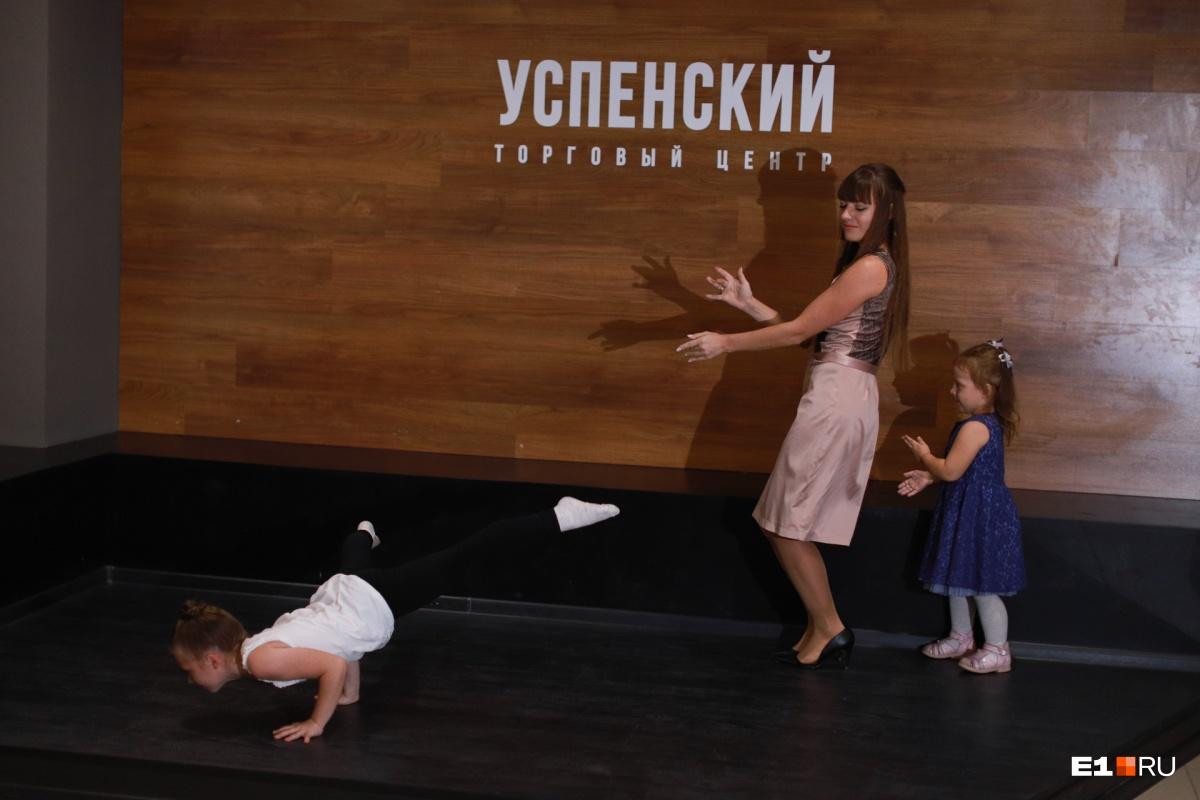 А тут кажется, что в конкурсе участвует не мама, а дочка. Смотрите, какой брейк