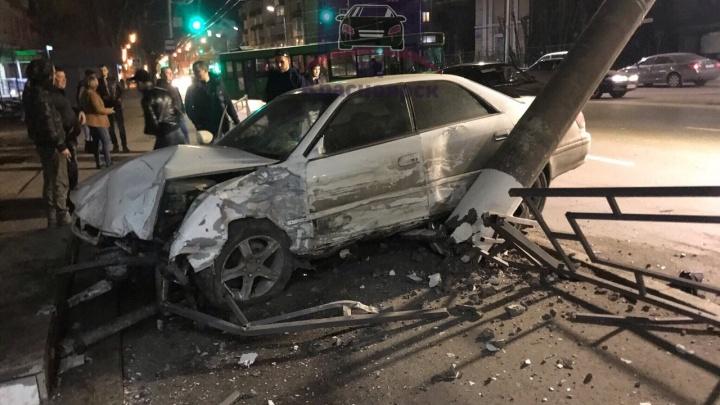 Ночью на Свободном «Тойота» повалила столб