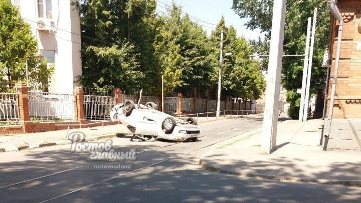 В Ростове перевернулась машина