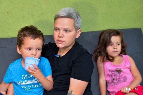 У Юлии двое родных маленьких детей, а двух приёмных малышей забрали восемь месяцев назад