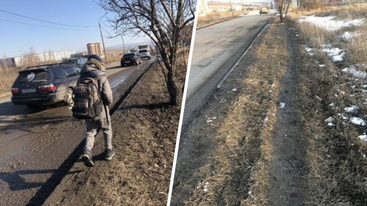 Жители новостройки в «Солнечном» два месяца ходят на остановку по грязи из-за отсутствия тротуара