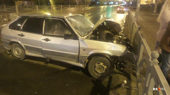 «Влетел сначала в остановку»: на перекрестке Куйбышева и 8 Марта ВАЗ врезался в ограждение