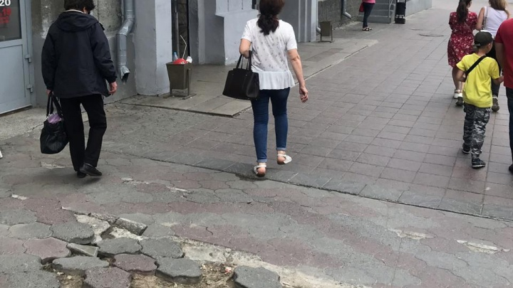 «Где дороги?»: на площади Калинина у метро развалилась плитка — ломайте ноги, пассажиры