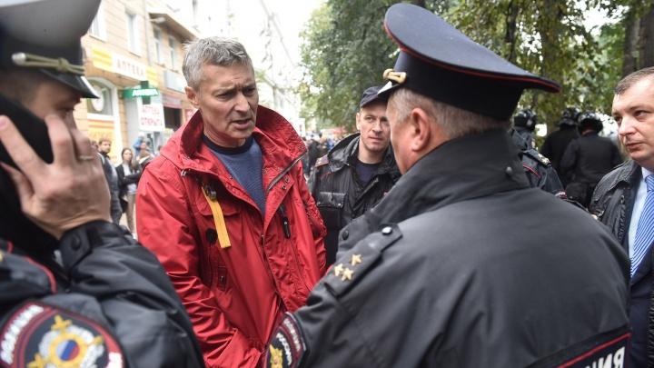 Кто-то садится сам, а кого-то несут в автозак на руках: 15 главных кадров задержаний в Екатеринбурге