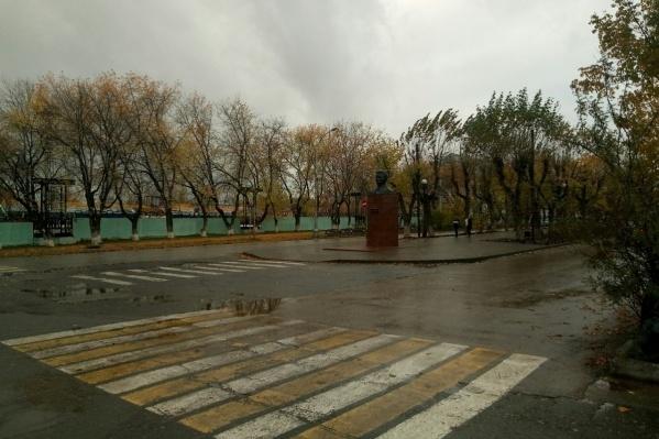 Одно из мест, в которых 7 октября должны были пройти мероприятия, — у ДК Кирова. Но здесь было пусто