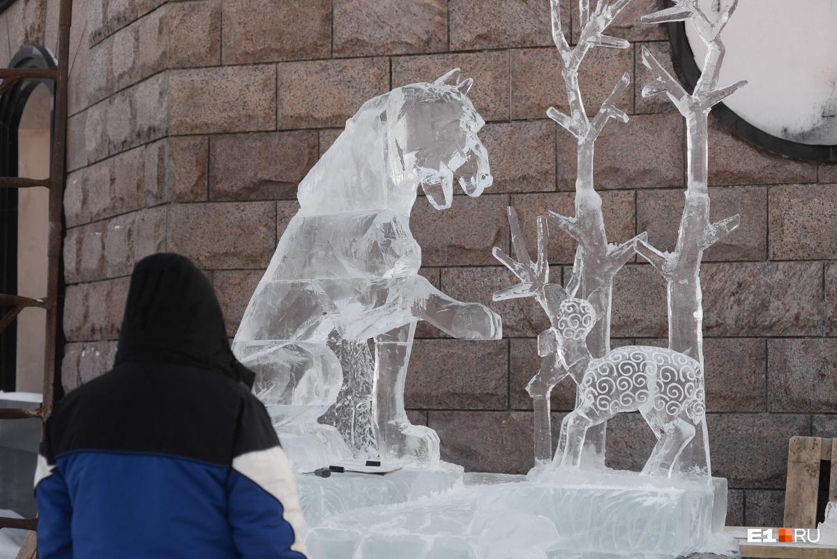 Скульптура, посвященная басне«Волк и овца»